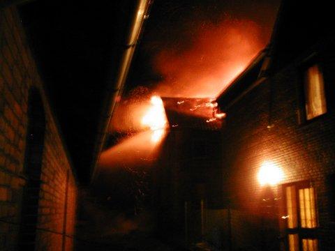Beim Eintreffen der ersten Einsatzkräfte schlugen die Flammen bereits aus dem Dach heraus.