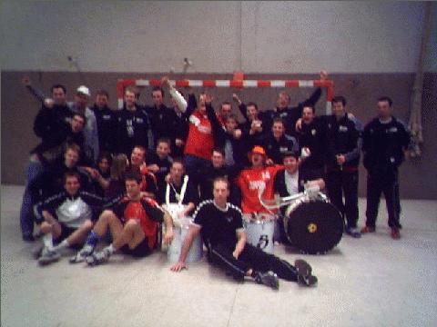 Regionalliga Mannschaft und Fans des LSV sowie der Gelb Schwarzen Brigade (Fanclub des SV 06 Lehrte)